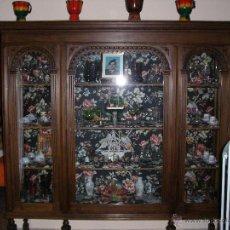 Antigüedades: VITRINA DE NOGAL MAZIZA. Lote 52810630