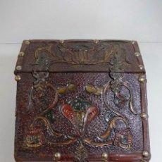 Antigüedades: PEQUEÑO BARGUEÑO COLONIAL A MODO DE JOYERO REALIZADO EN CUERO REPUJADO. Lote 44491749