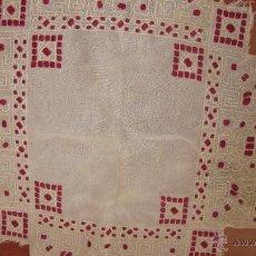 Antigüedades: ANTIGUO TAPETE DE LINO BORDADO A MANO 68 X 75 CNTS. Lote 52831392