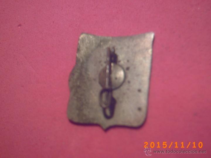 Antigüedades: ANTIGUA INSIGNIA DE LA VIRGEN DE MONTSERRAT - FONDO BANDERA CATALANA - ESMALTADA -IMPERDIBLE- - Foto 2 - 52875028