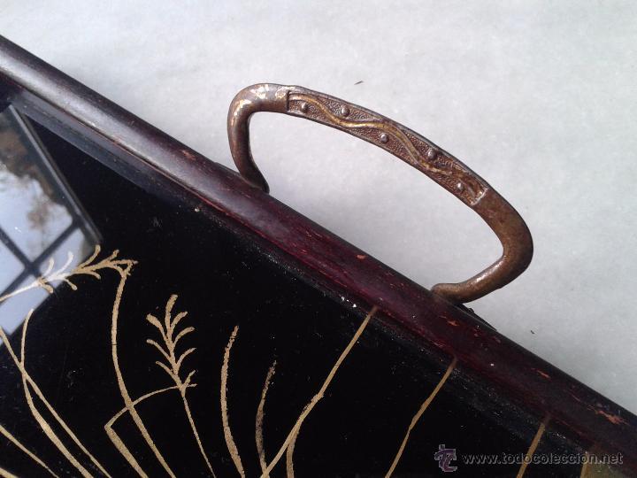 Antigüedades: BANDEJA CON ASAS, BORDE DE MADERA Y PINTURA A MANO TIPO ORIENTAL. PRINCIPIO DEL SIGLO XX - Foto 4 - 52901421