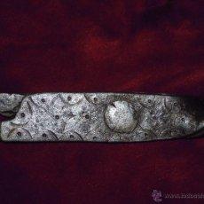 Antigüedades: TENAZAS ANTIGUAS DE CHIMENEA DE HIERRO FORJADO FORJA TALLADAS, PUNTEADAS Y CINCELADAS. SIGLO XVIII. Lote 52903073