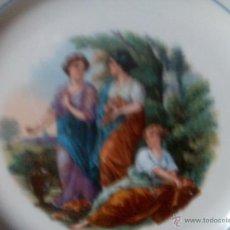 Antigüedades: QUE BELLEZA. PLATO LA ASTURIANA. MARIANO POLA. TRES BELLAS DAMAS EN JARDIN. RARO. FINAL XIX. Lote 52910134
