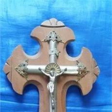 Antigüedades: CRUCIFIJO DE MADERA Y METAL / BENITERA REPUJADA. Lote 52916424