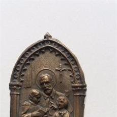 Antigüedades: PERALTA DE LA SAL / RECUERDO CON MOTIVO RELIGIOSO / METAL LATÓN REPUJADO . Lote 52917328