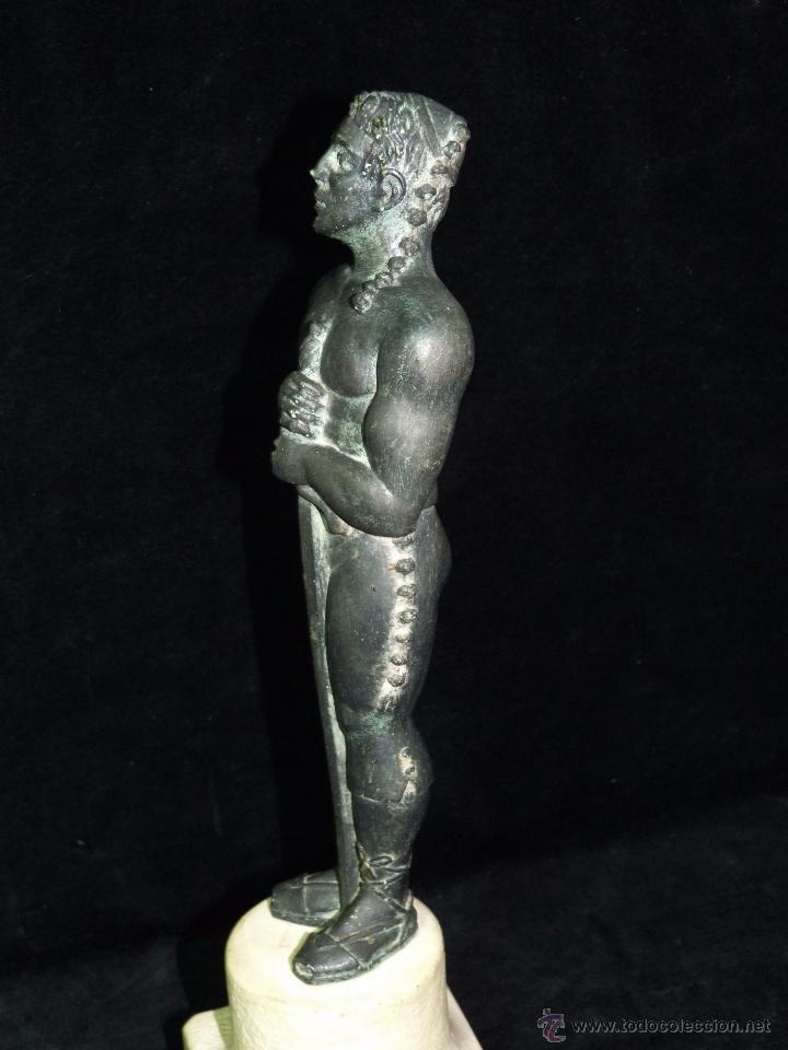 Antigüedades: ESCULTURA DE RESINA PATINADA EN BRONCE. CABALLERO ESPADA LABRADOR BANDOLERO OSCAR 34 cm. - Foto 3 - 52928423