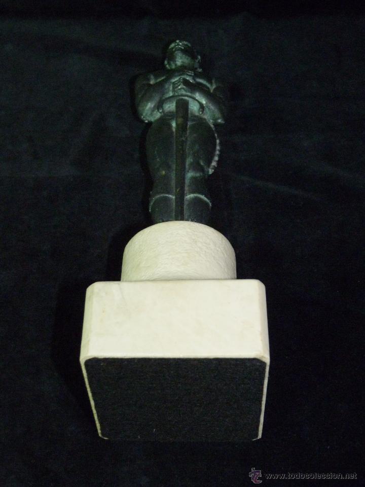 Antigüedades: ESCULTURA DE RESINA PATINADA EN BRONCE. CABALLERO ESPADA LABRADOR BANDOLERO OSCAR 34 cm. - Foto 6 - 52928423