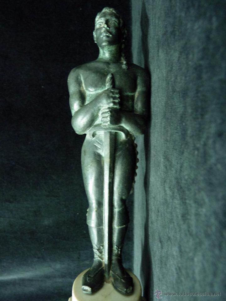 Antigüedades: ESCULTURA DE RESINA PATINADA EN BRONCE. CABALLERO ESPADA LABRADOR BANDOLERO OSCAR 34 cm. - Foto 7 - 52928423