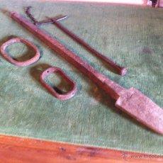 Antigüedades: OFERTON HERRAJES COMPLETOS DE UN ARADO ROMANO MUY ANTIGUO REJA, VILORTAS, TELERA. Lote 52934572