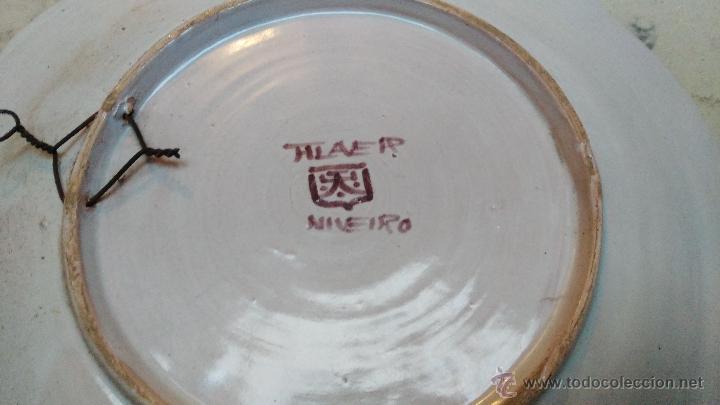 Antigüedades: ANTIGUO PLATO DE CERAMICA DE TALAVERA, PINTADO A MANO, FIRMADO NIVEIRO. 29 cm de diametro - Foto 3 - 52939818