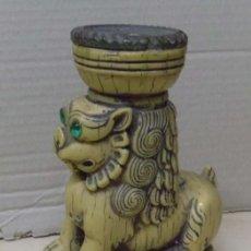Antigüedades: PORTAVELAS CON FIGURA DE LEÓN ORIENTAL. Lote 52954799