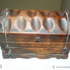 Antigüedades: PEQUEÑO ARCON DE MADERA CON DETALLES METÁLICOS. Lote 52955828