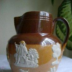Antigüedades: ANTIGUA JARRA INGLESA ROYAL DOULTON - CON FIGURAS EN RELIEVE -BICOLOR - JUG. Lote 52956118
