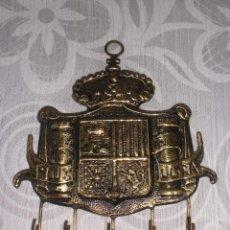 Antigüedades: COLGADOR DE PARED CUELGA LLAVES EN BRONCE CON ESCUDO DE ESPAÑA PLUS ULTRA FRANCO. Lote 52963220