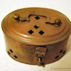 Antigüedades: CAJA ANTIGUA CON ASA, FABRICADA EN METAL - 8 X 5 CM.. Lote 52965659