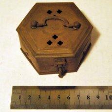 Antigüedades: CAJA ANTIGUA CON ASA, FABRICADA EN METAL - 9 X 5 CM.. Lote 52965929
