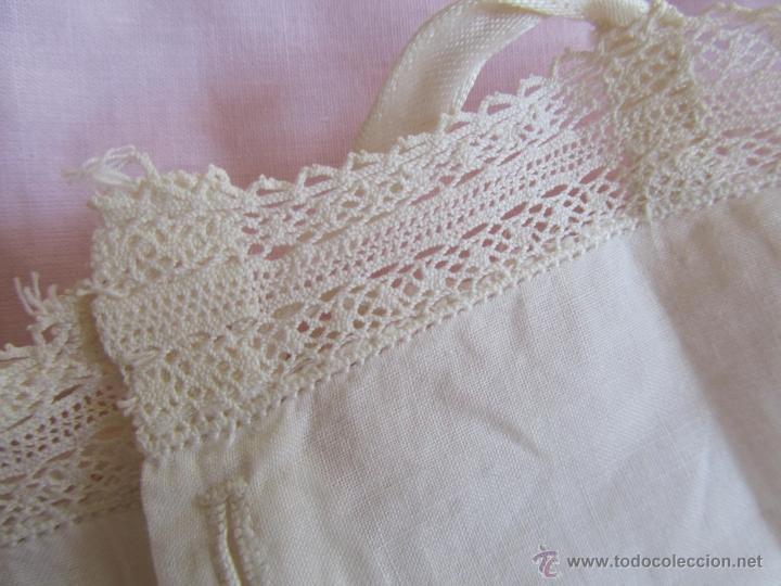 Antigüedades: Vestido de tirantes de hilo para bebé con encaje de bolillos - Foto 4 - 52968311