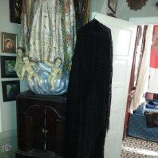 Antigüedades: GIGANTESCO MANTON CRESPON , MUY MUY GRANDE CON MAGNIFICOS FLECOS , NEGRO LISO. Lote 52976298
