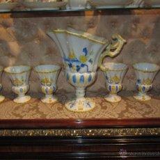Antigüedades: PRECIOSO JUEGO DE JARRA Y 6 COPAS CERÁMICA ALCORA. Lote 52986498