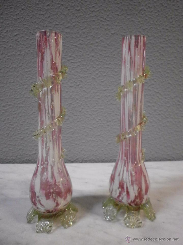 ANTIGUA PAREJA DE JARRONES - DE CRISTAL ROSA Y VERDE - CON LACTICINIOS BLANCOS - DE CAPILLA - S. XIX (Antigüedades - Cristal y Vidrio - Catalán)