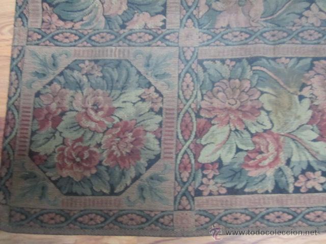 Antigüedades: Tapíz con motivos florales. Medida: 144 x 142 cms. - Foto 3 - 53069466