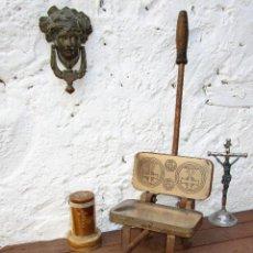 Antigüedades: PRECIOSA MAQUINA ANTIGUA RELIGIOSA PARA HACER OSTIAS OBLEAS O DECORACION INDUSTRIAL . Lote 53077126