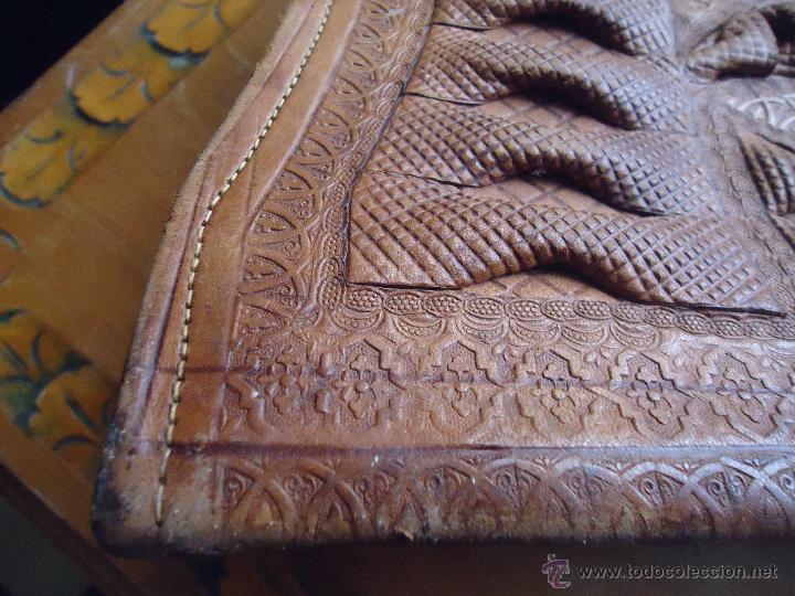 Antigüedades: espectacular bolso labrado señora o caballero cuero repujado trenzado antiguo original ver fotos - Foto 3 - 53119417