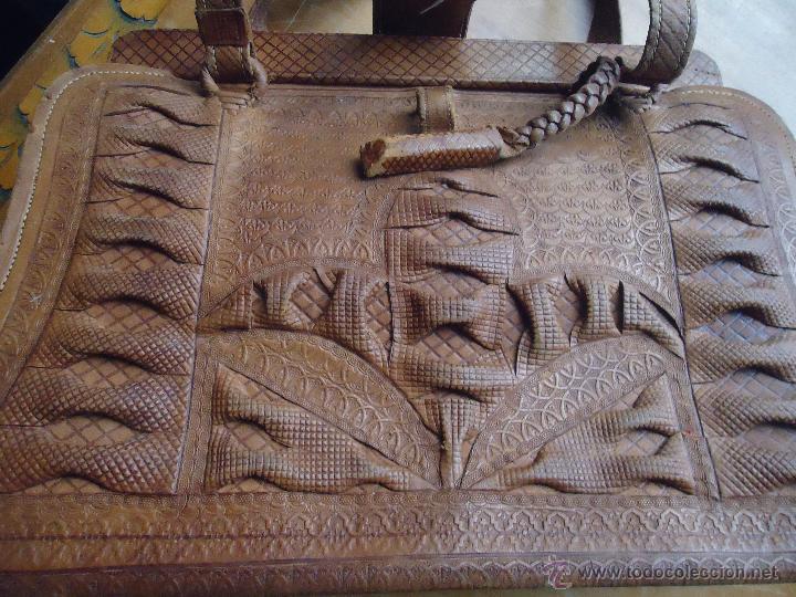 Antigüedades: espectacular bolso labrado señora o caballero cuero repujado trenzado antiguo original ver fotos - Foto 5 - 53119417