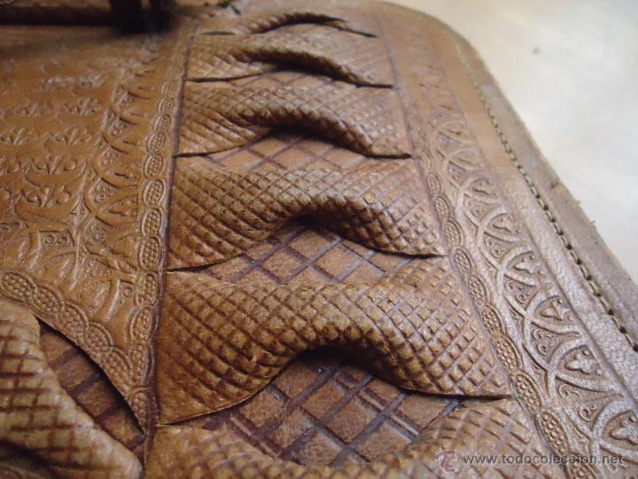 Antigüedades: espectacular bolso labrado señora o caballero cuero repujado trenzado antiguo original ver fotos - Foto 6 - 53119417