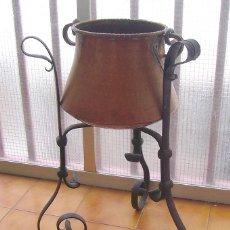 Antigüedades: ANTIGUA OLLA - POTE EN COBRE , CON 3 PATAS SOPORTE DE HIERRO. Lote 53120436