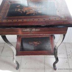 Antigüedades: ANTIGUA MESITA COSTURERA O JOYERO CON BONITAS TARACEAS TALLADAS EN LA MADERA EN TAPA ALTA Y BAJA-. Lote 53121457