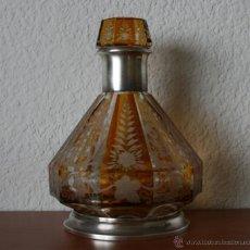 Antigüedades: ANTIGUA BOTELLA LICORERA CRISTAL TALLADO CUELLO Y BASE DE PLATA CONTRASTADA NUMERADO. Lote 53125136