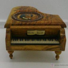 Antigüedades: CAJA MUSICAL ANTIGUA EN FORMA DE PIANO EN MADERA DE OLIVO PINTADO A MANO CON MOTIVOS MUSICALES .. Lote 53126437