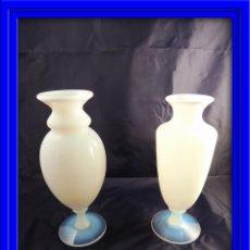 Antigüedades: PAREJA DE JARRONES DE OPALINA TRASLUCIDOS BLANCOS. Lote 53138291
