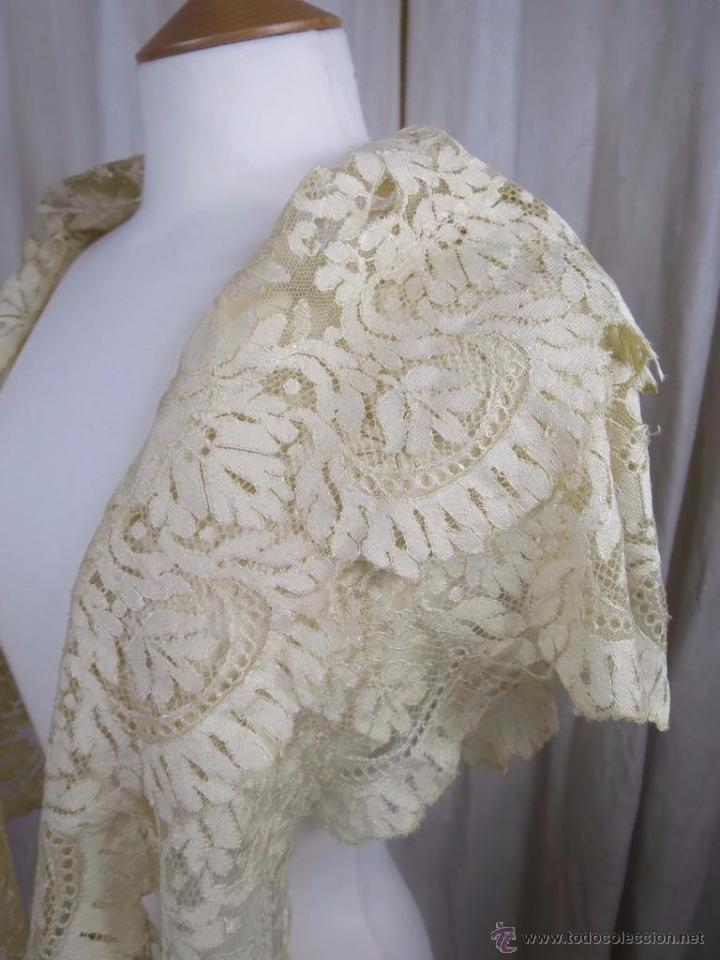 MANTILLA DE ENCAJE DE BLONDA (Antigüedades - Moda - Encajes)