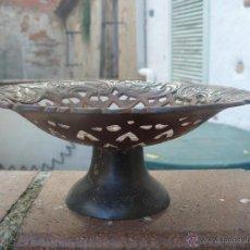 Antigüedades: SOLIDO CENTRO DE MESA METÁLICO. Lote 53178314