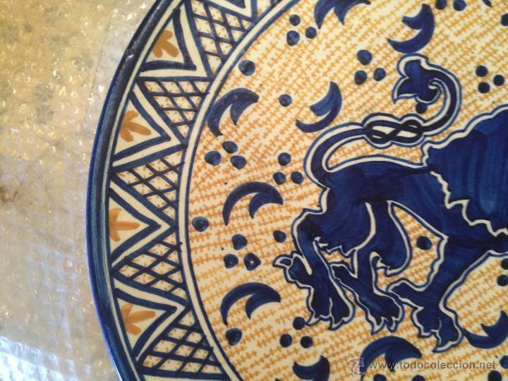 Antigüedades: Antiguo plato de gran tamaño en azul cobalto de Talavera de la Reyna, con león - Foto 7 - 53189584