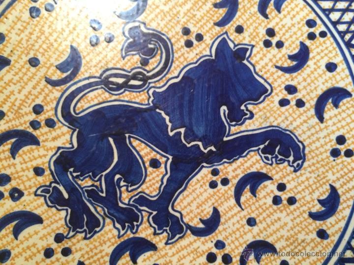 Antigüedades: Antiguo plato de gran tamaño en azul cobalto de Talavera de la Reyna, con león - Foto 9 - 53189584