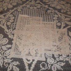 Antigüedades: MANTELERIA EN ENCAJE DE RED: MANTEL Y SERVILLETAS. Lote 171159732