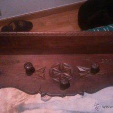 Antigüedades: ANTIGUA REPISA CON PERCHERO DE NOGAL TALLADO,. Lote 53246903