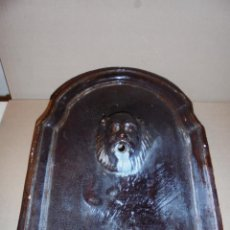 Antigüedades: (M) ANTIGUA PLACA DE FUENTE O AGUAMANIL DE CERAMICA VIDREADA , CATALANA CABEZA LEON . 38X31 CM. . Lote 53256384