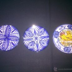 Antigüedades: 3 PLATOS ANTIGUOS PARA COLGAR EN PORCELANA PINTADO A MANO. Lote 53257673
