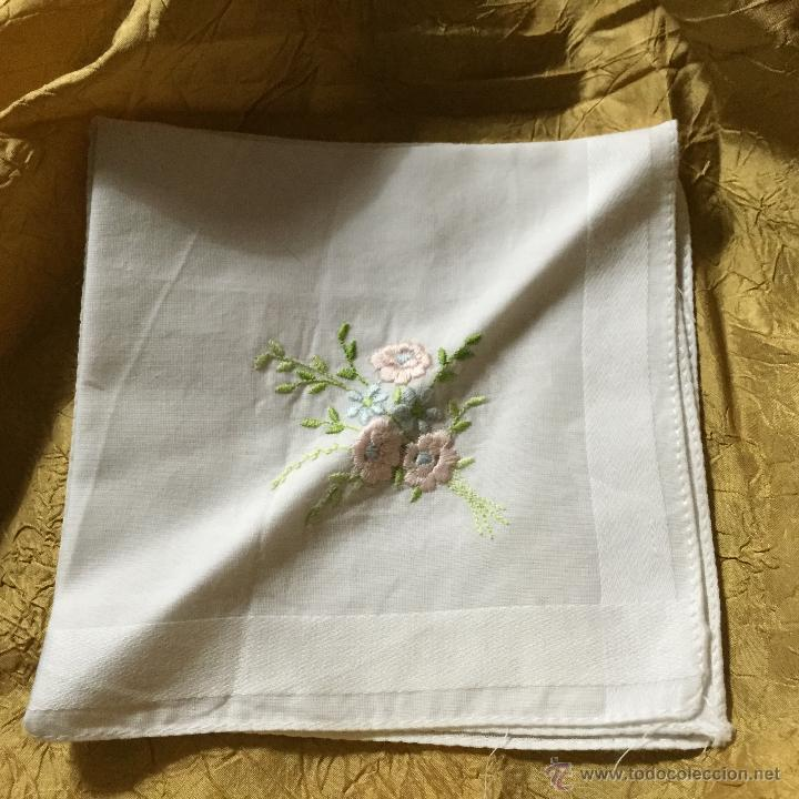 Antigüedades: Lote de dos pañuelos de algodón bordado - Foto 4 - 53260664