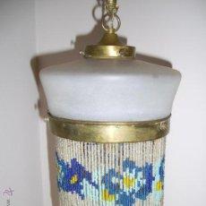 Antigüedades: ANTIGUA LAMPARA DE CRISTAL OPALINA Y METAL (LATÓN O BRONCE) CON MOSTACILLAS - VER FOTOGRAFÍAS. Lote 53283107