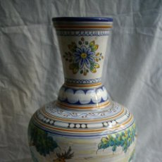 Antigüedades: FLORERO DE CERAMICA DE TALAVERA DECORACION MONTERIA. Lote 53284175