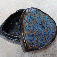 Antigüedades: BONITA CAJA DE PAPEL MACHE CON FORMA DE CORAZÓN. Lote 53332489