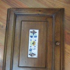 Antigüedades - Marco con puerta de madera para cuadro de luces, decorado con placa de cerámica. - 53341293