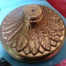 Antigüedades: PIE DE LÁMPARA DE MADERA TALLADA Y DORADA. Lote 53352312