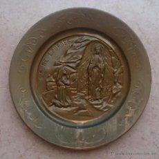 Antigüedades: PLATO DE COBRE ANTIGUO REPUJADO CON MOTIVOS DE NUESTRA SEÑORA DE LOURDES .. Lote 53360679