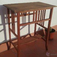 Antigüedades: ANTIGUA MESA O MESITA DE NOGAL CON TABLERO DE HAYA 73X60X39. Lote 118642559